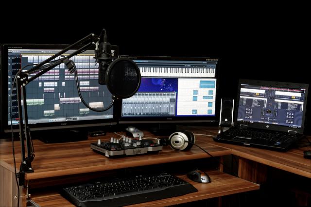 studio 1003635 1280 Bruno